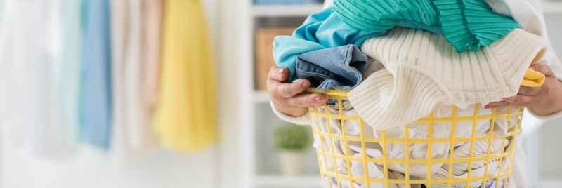 separar roupas para lavar