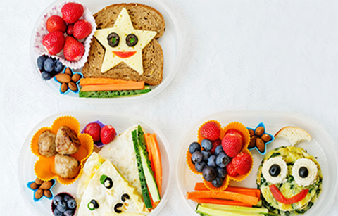 Tres platos con alimentos nutritivos sobre una superficie blanca