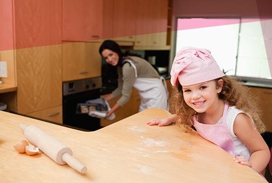 Una madre y su hija cocinan juntas en la cocina