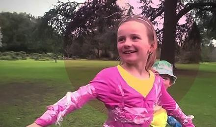 Una niña y un niño jutnos en un parque