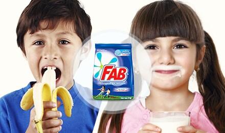 Niño como banano y niña toma leche