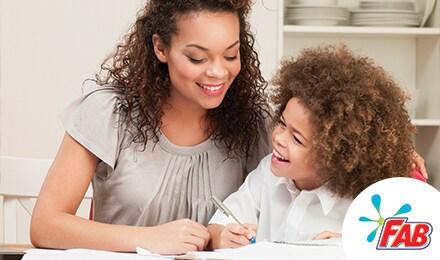 Madre y su hijo se rien mientras estudian