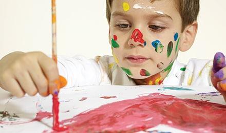 Niño se ha pintado la cara mientras pinta